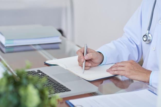 Foto mostra doutor trabalhando para evitar erros de contabilidade para médicos
