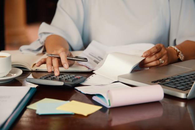 Imagem mostra contador colocando as contas da empresa em dia