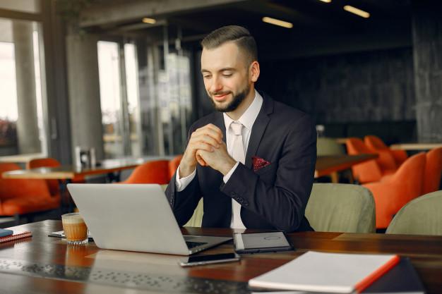 Imagem mostra empresário fazendo o controle financeiro de pequena empresa