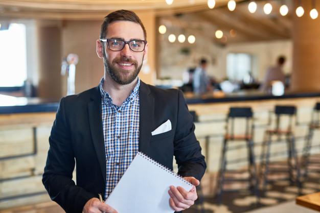 Imagem mostra empresário feliz por abrir empresa em 2020