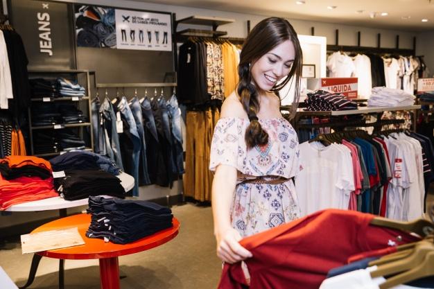 Imagem mostra cliente depois de aprender como montar loja de roupa