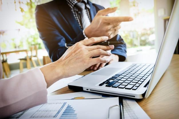 Imagem mostra profissionais de contabilidade digital