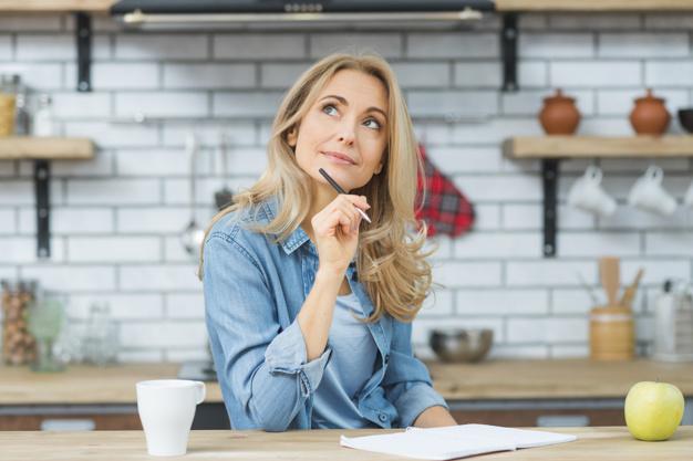 Imagem mostra mulher pensando em um bom nome fantasia