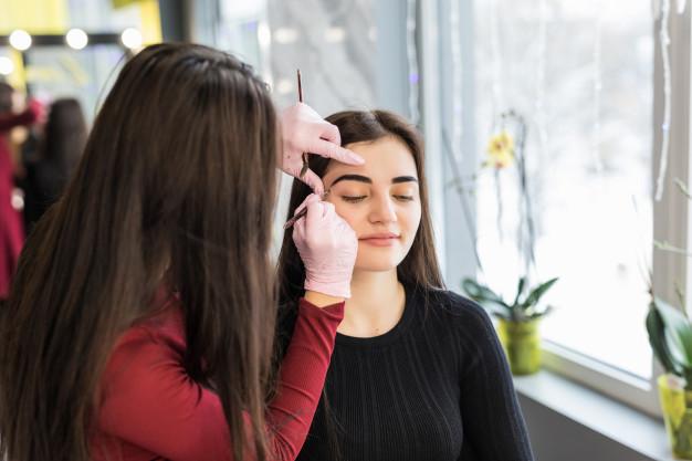 Imagem mostra cliente no estúdio de design de sobrancelhas