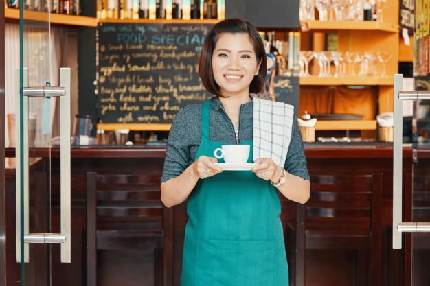 Imagem mostra empreendedora sorrindo ao saber como fazer contabilidade para franquia