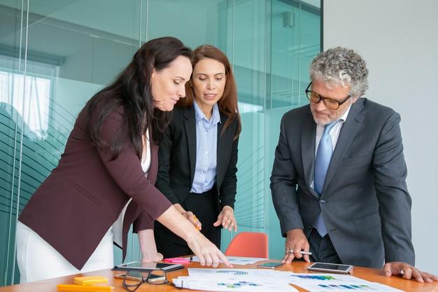 Imagem mostra profissionais discutindo natureza jurídica da empresa