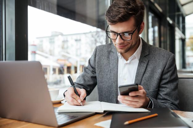 Imagem mostra empreendedor depois de aprender como abrir Empresa Individual