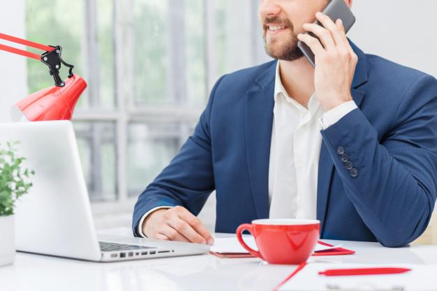 Imagem mostra profissional buscando uma contabilidade para representante comercial
