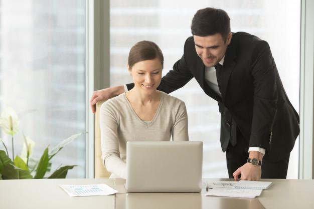 Imagem mostra contador para corretor de seguros trabalhando com cliente