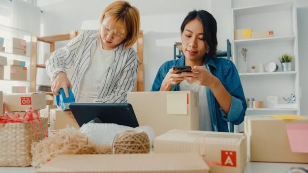 Imagem mostra empreendedoras depois de aprender como abrir uma loja virtual