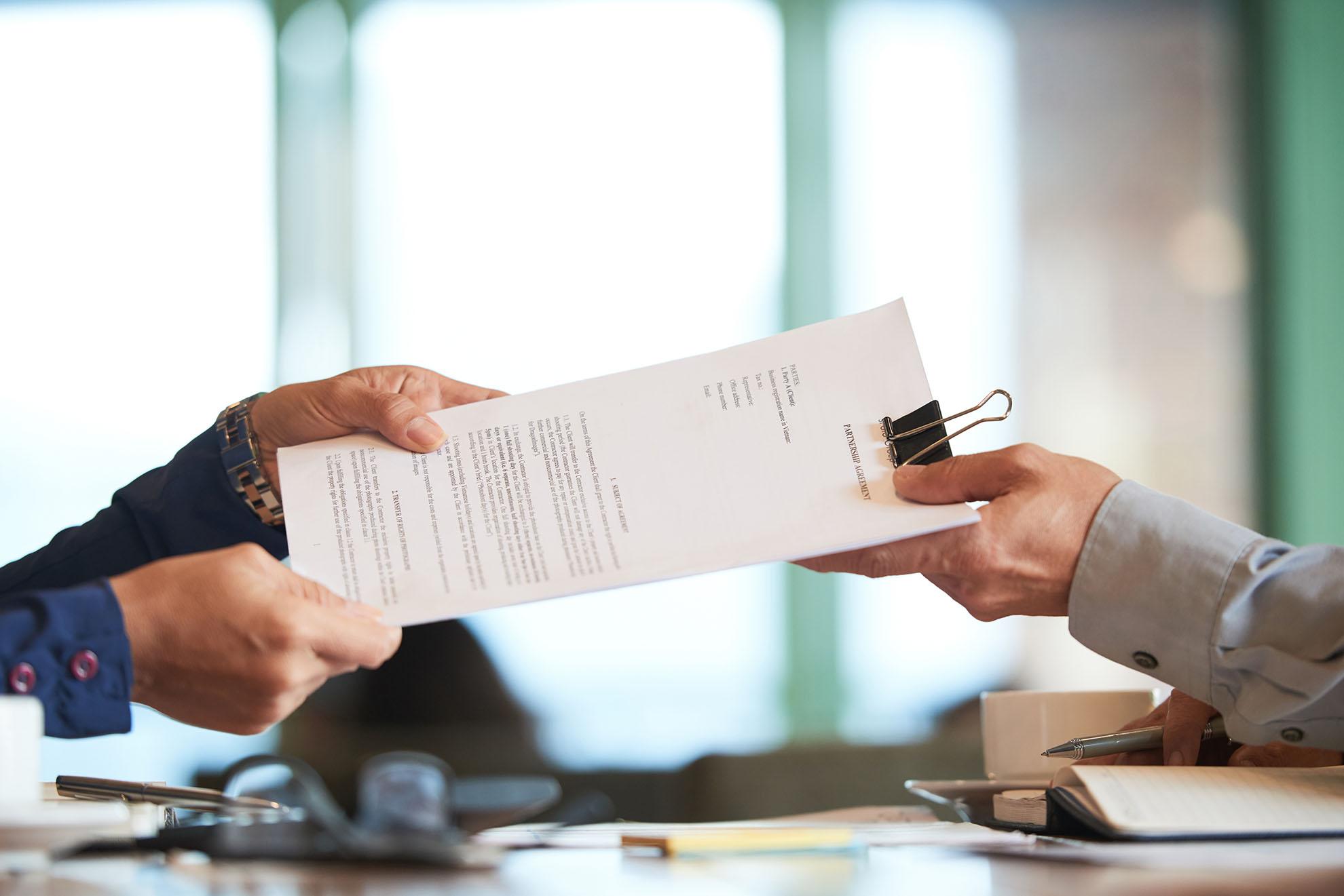 Imagem mostra um contrato de representação comercia
