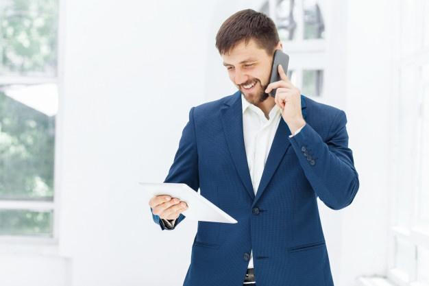 Imagem mostra profissional considerando uma contabilidade especializada para representante comercial